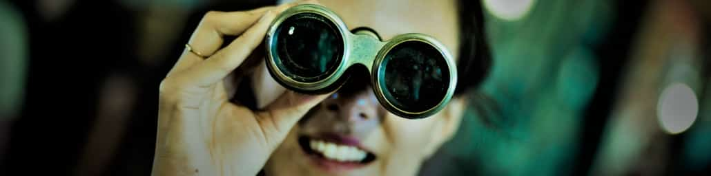 Foto: dame kijkt met verrekijker naar pensioenakkoord financiele scan
