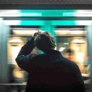 Foto man mist trein